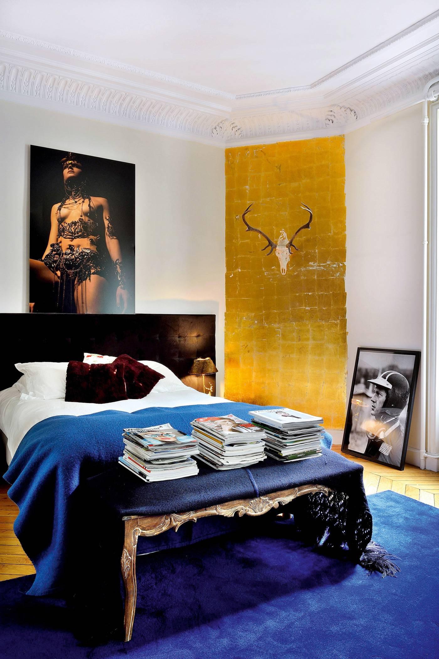 A côté du mur doré à la feuille avec massacre de cerfs, une photo de Steve McQueen qu'elle adore !  Au-dessus du lit qu'elle  a créé, une photo de Stella&Claudel.