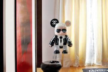 Dans un coin du salon, voici l'une des dernières incarnations connues de Karl en art toy peint à la main de Johanne 8, plasticienne émergente de l'art urbain (galerie Géraldine Zberro).