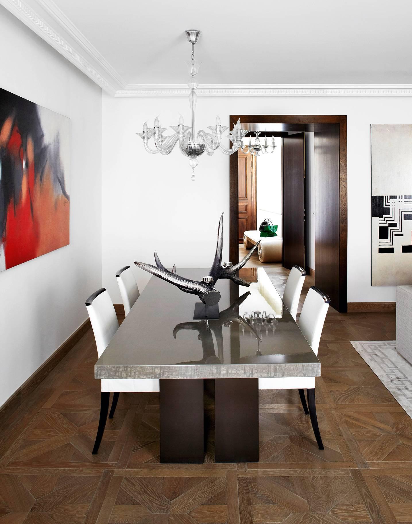 Table de salle à manger  « Trocadero » d'Armani Casa, chaises BC Bertrand, bougeoirs bois de cerf wapiti en résine et argent teinté noir (Mellerio).
