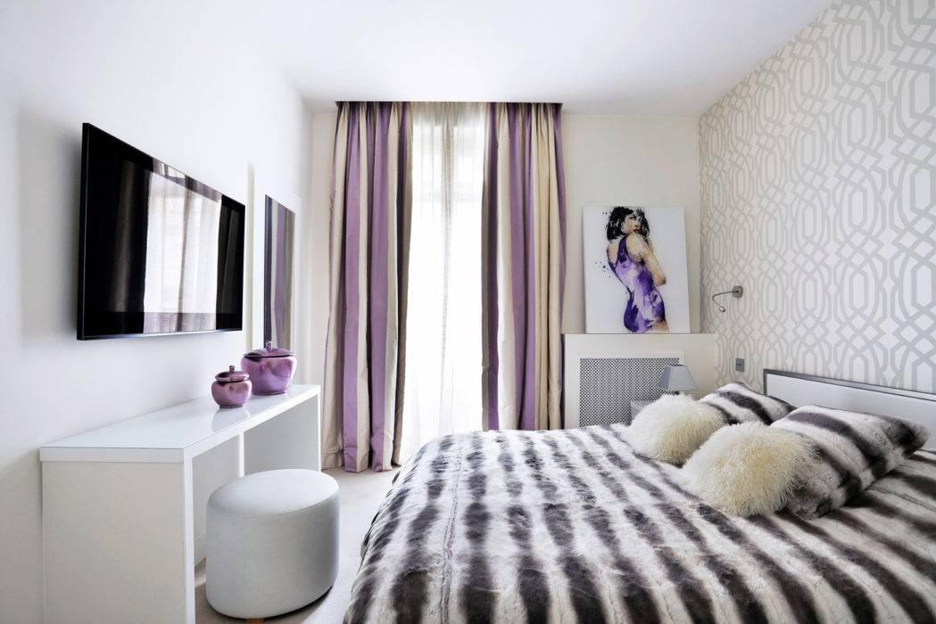 Même ambiance noir  et blanc pour cette suite étudiante, traitée en matité. Adossé à un papier peint « Heritage Velvet » de Chivasso, tête de lit en cuir noir d'Arizona et coussins, le tout Stéphanie Coutas ; fauteuil Saarinen à la  Mondrian by Bruno Schiepan (Galerie W).
