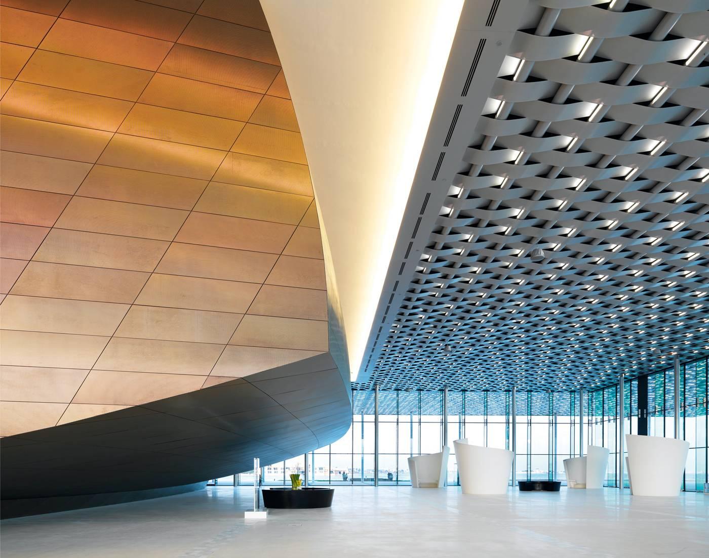 Les matériaux utilisés soulignent les concepts architecturaux du Théâtre national, sa complémentarité avec le paysage et son ambition de s'affirmer comme un point focal entre terre et mer.