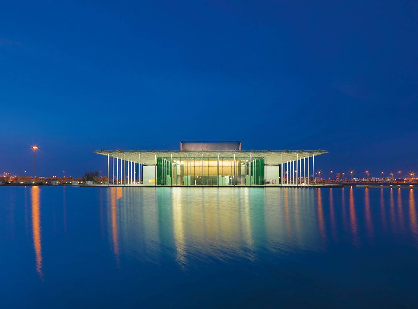 Le Théâtre national du Bahreïn à Manama abrite une salle de spectacle de mille  et une places, comme  il se doit.