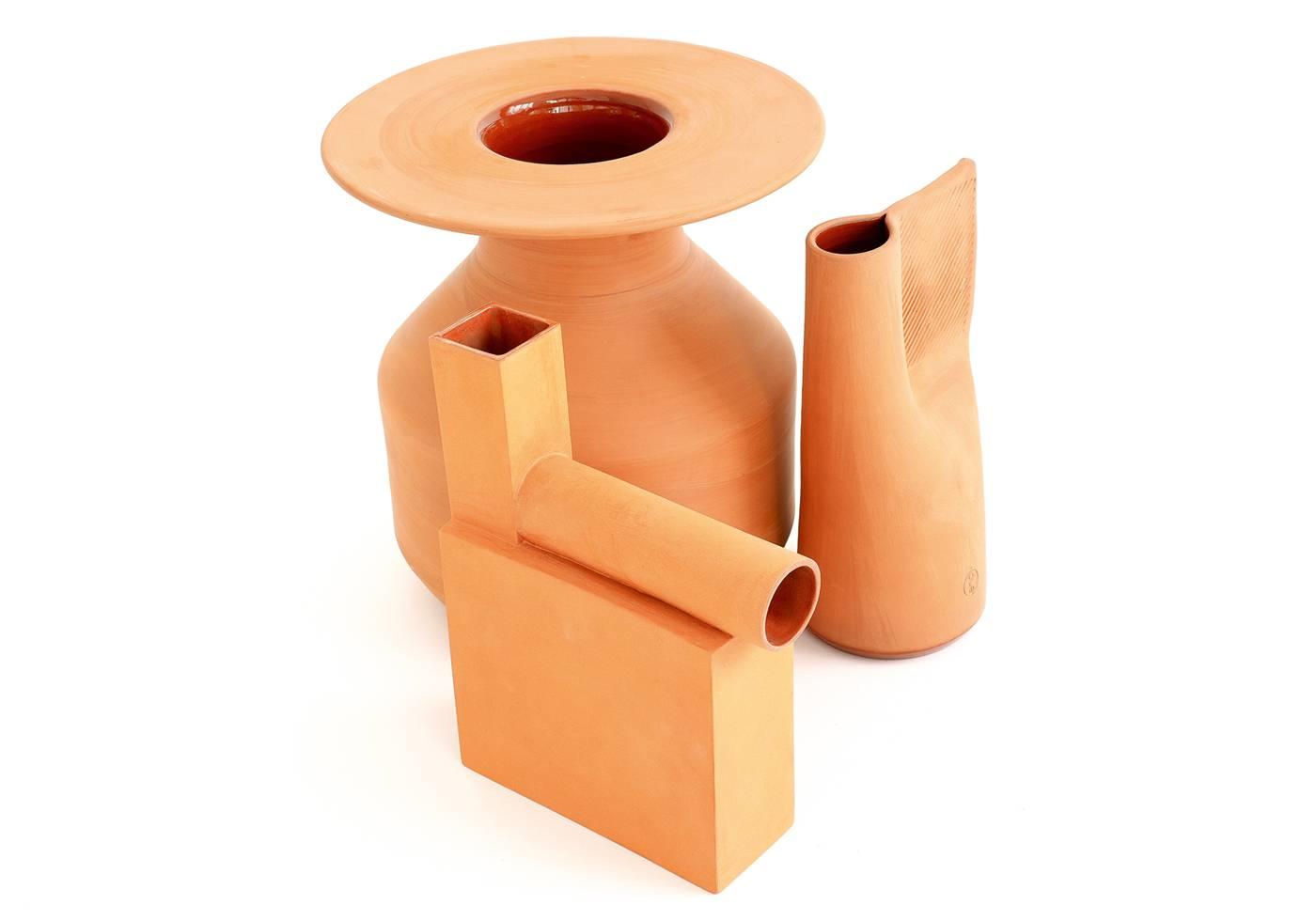 Vase « Maya » en  terre cuite d'Arik Levy  et carafe « Fresh », design Normal Studio (49 € et 69 €, Eno), carafe « Pipeline » en faïence rouge et émail transparent, une édition limitée à huit pièces signées et numérotées (480 €, Atelier Polyhèdre).