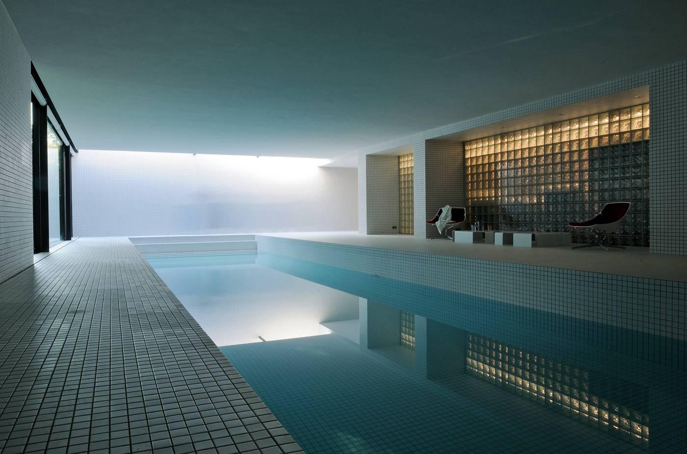L 39 architecte marc corbiau et le luxe de l 39 espace id es - Residence avec piscine interieure ...