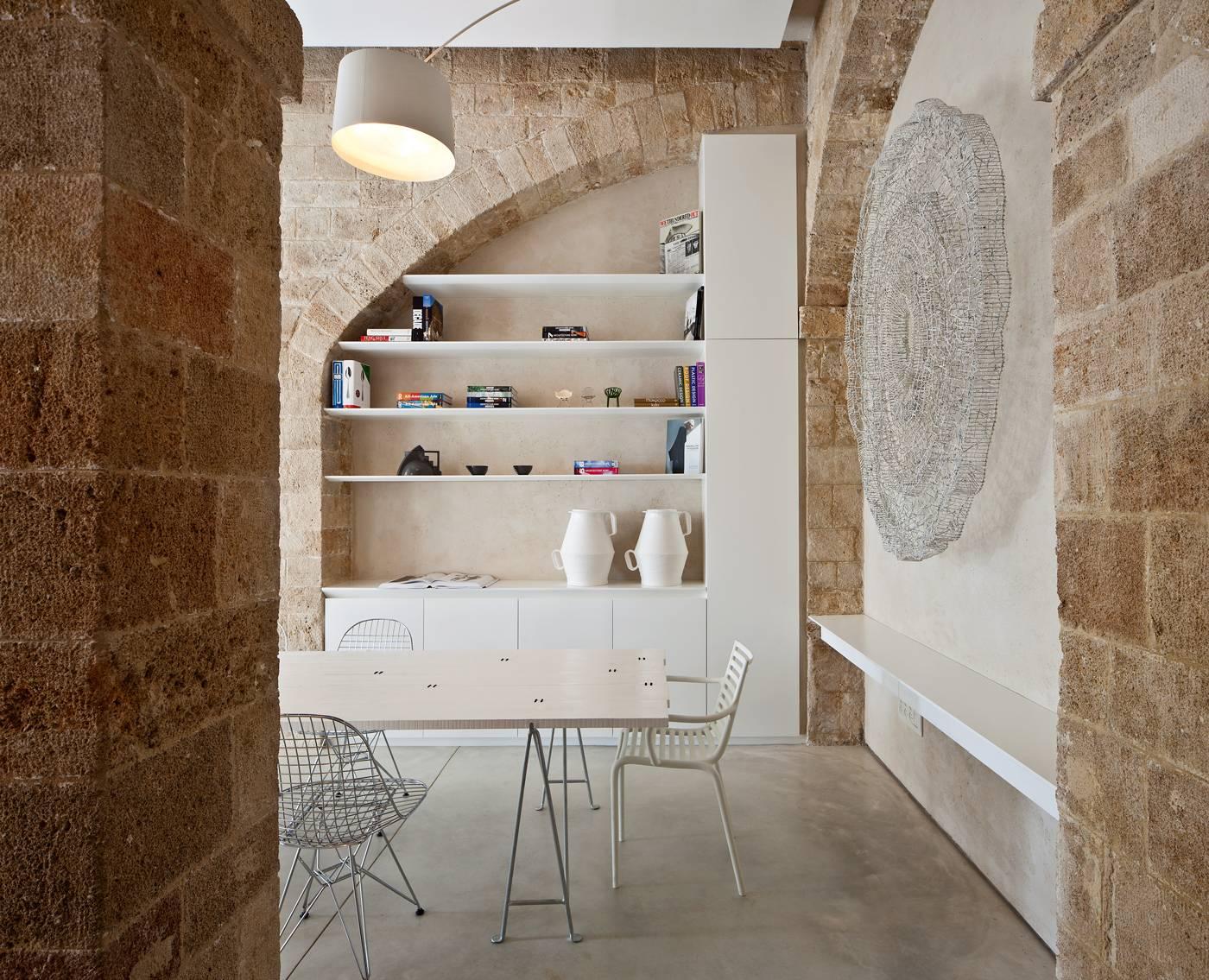 Les murs et le plafond de forme caverneuse ont été laissés bruts, sans fioritures pour mettre en lumière la beauté de la pierre et de la brique. L'éclairage joue un rôle important, il met l'accent sur l'aspect grandiose de l'édifice. Dans la salle à manger, une œuvre d'art signée Boaz Aharonovitch.