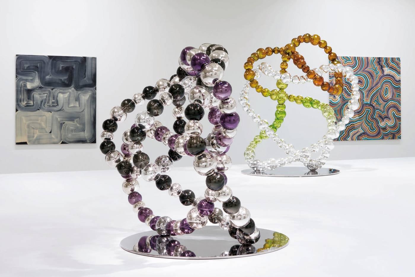 Dans la première salle de l'exposition du Tripostal, les sculptures de verre coloré de Jean-Michel Othoniel entourées des peintures de Bernard Frize.