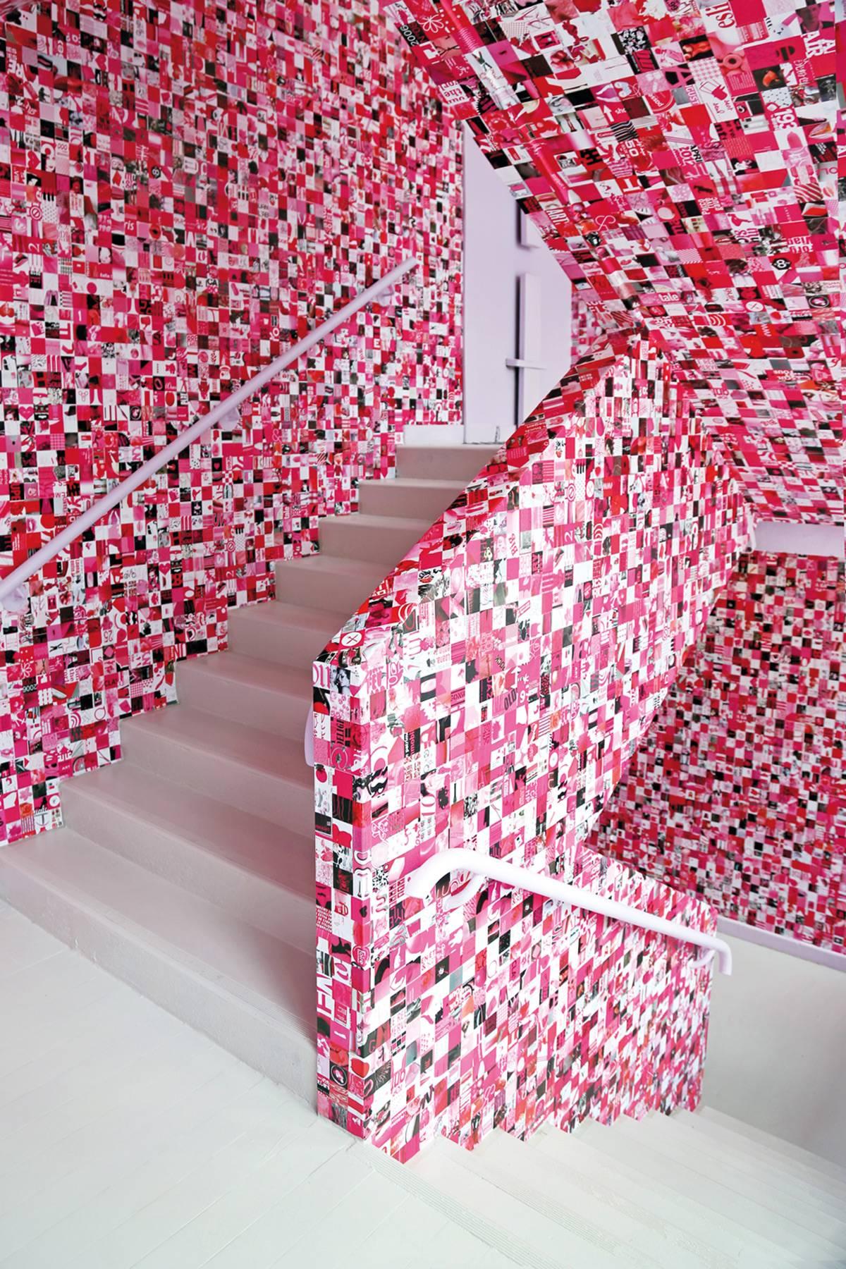 « Tapisserie rose, blanc et noir » de Guy Limone, couvre l'escalier de l'exposition au Tripostal.
