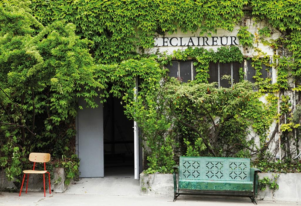 La façade de L'Eclaireur envahie par la végétation.