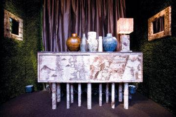 Au marché Dauphine, le stand 181 réunit du mobilier rétro habillé de marqueterie de bouleau (birchbarkfurniture.com).