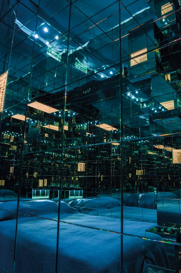 En visite dans la capitale ou envie d'une escapade glamour ? Misez sur la Kiss Room pour une expérience unique garantie au coeur d'un univers signé par l'artiste Mathias Kiss.