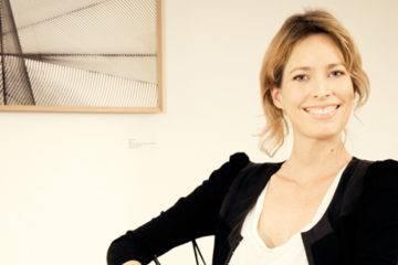 Maria Wettergren assise sur la « Spun Chair » de Mathias Bengtsson, en fibre de carbone. Une édition limitée à 20 exemplaires.