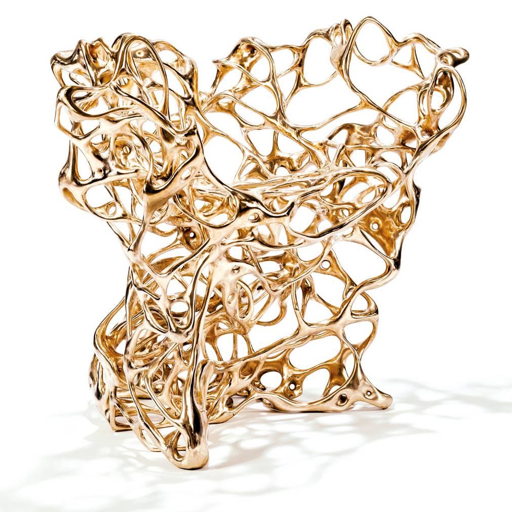 Grâce à un programme informatique inventé par le designer suédois Mathias Bengtsson, la structure de « Growth Chair » en bronze massif, a été développée de la même manière que poussent les lianes. Une technique high-tech combinée au savoir-faire traditionnel de la cire perdue, où le bronze est coulé dans le moule.