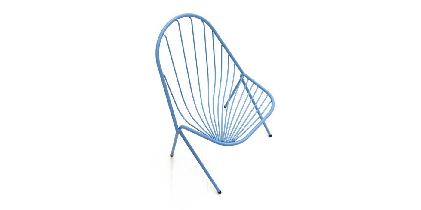 La nouvelle chaise « Drapée » est dotée d'une galette dont les surpiqûres reprennent le mouvement de la structure dont le cadre est également le pied (Petite Friture).est aussi le pied (Petite Friture).
