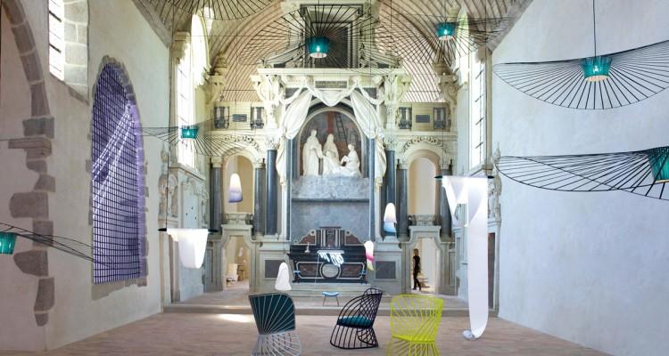 Après avoir investi la Chapelle des Calvairiennes à Mayenne (Pays-de- Loire) pour une expo en solo, Constance va métamorphoser l'ancienne école de musique en résidence d'artistes.