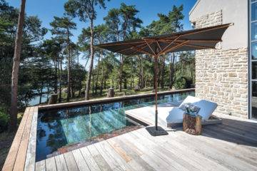 (7) Astucieux, la piscine dont le volet plonge à la hauteur adaptée pour les enfants et recouvre entièrement le bassin redevenu terrasse (www.esprit-piscine.fr).