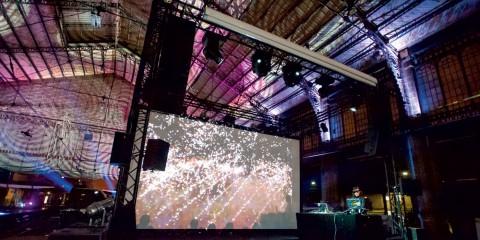 Performance de Tania Mouraud à la gare d'Austerlitz pour la Nuit Blanche Paris 2012.