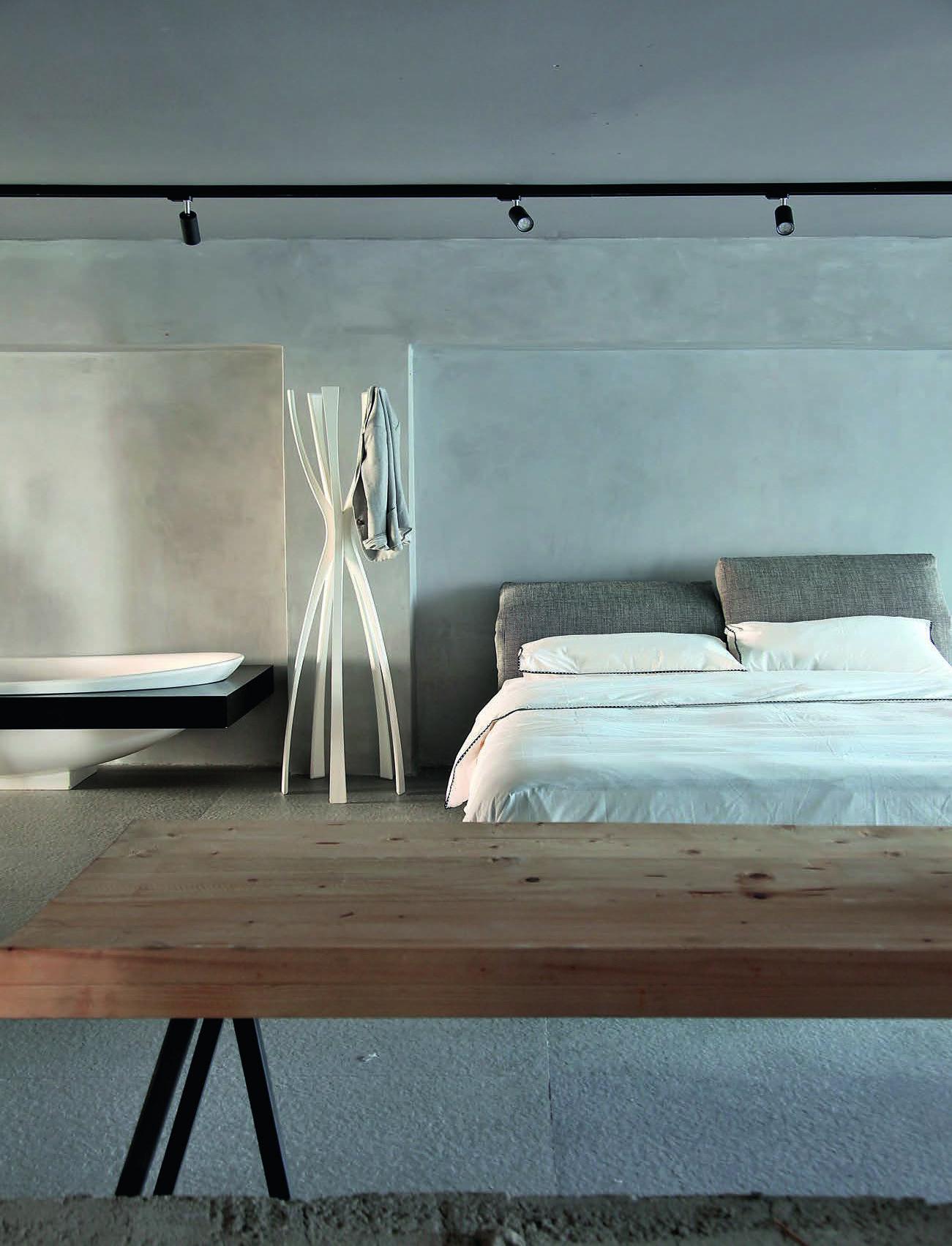 Une ancienne usine revisit e en loft tendance zen - Salle de bain taupeidees damenagement mobilier zen ...