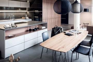7. Façades en laque mate, placage noyer, pour la cuisine « SE 8008 LM et S2 », Siematic a retenu des teintes qui s'intègrent facilement dans un open space.