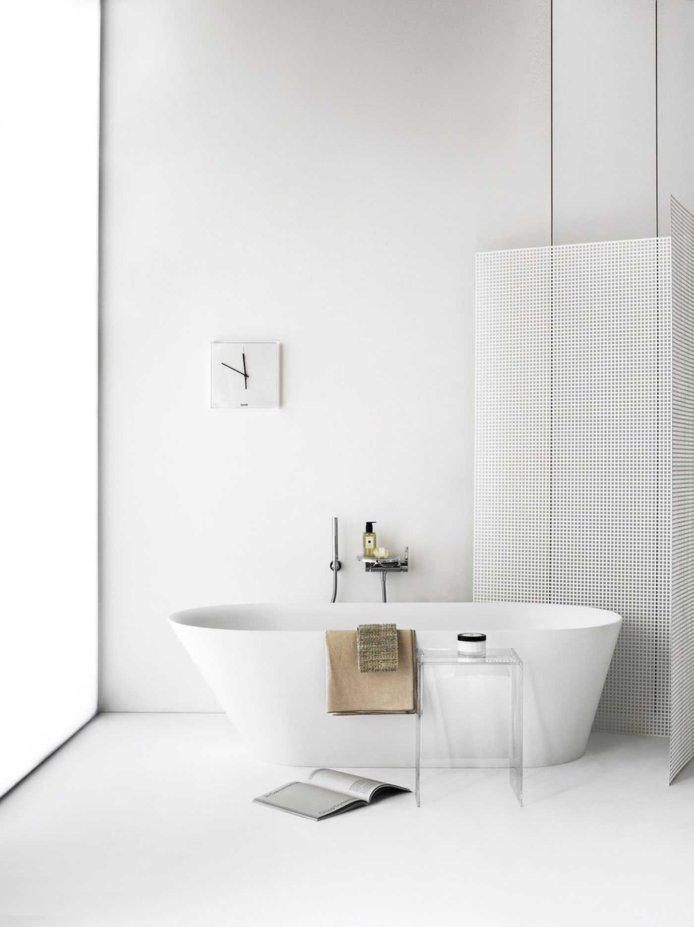 kartell salle de bain Laufen développe au sein de cette collaboration une baignoire, un modèle  ilot, en Sentec, nouveau matériau minéral de la marque destiné à la salle  de bain ...